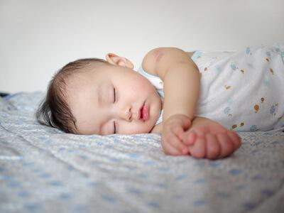 赤ちゃん 寝る 横向き