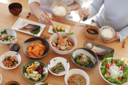 家族 食事 箸