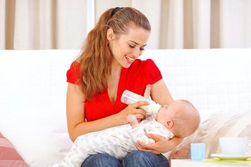 赤ちゃん 哺乳瓶 ミルク