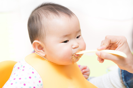 離乳食を食べているかわいい赤ちゃん