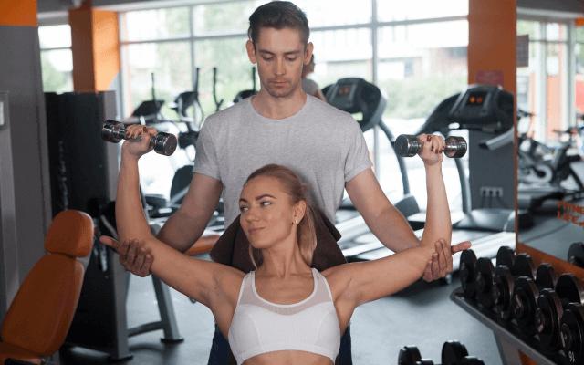 胸筋を鍛える女性