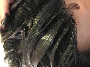 髪に塗っていく
